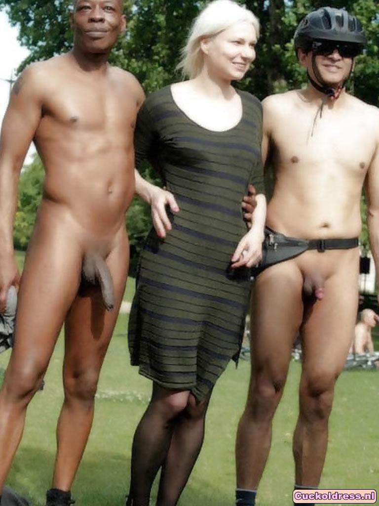 Cuckoldress staat met haar naakte man en minnaar!